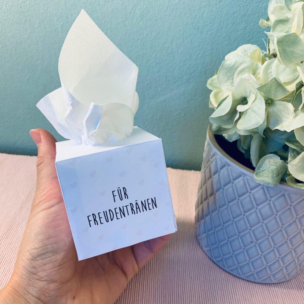 Freudentränen Taschentuchbox in einer Hand liegend für die Hochzeit