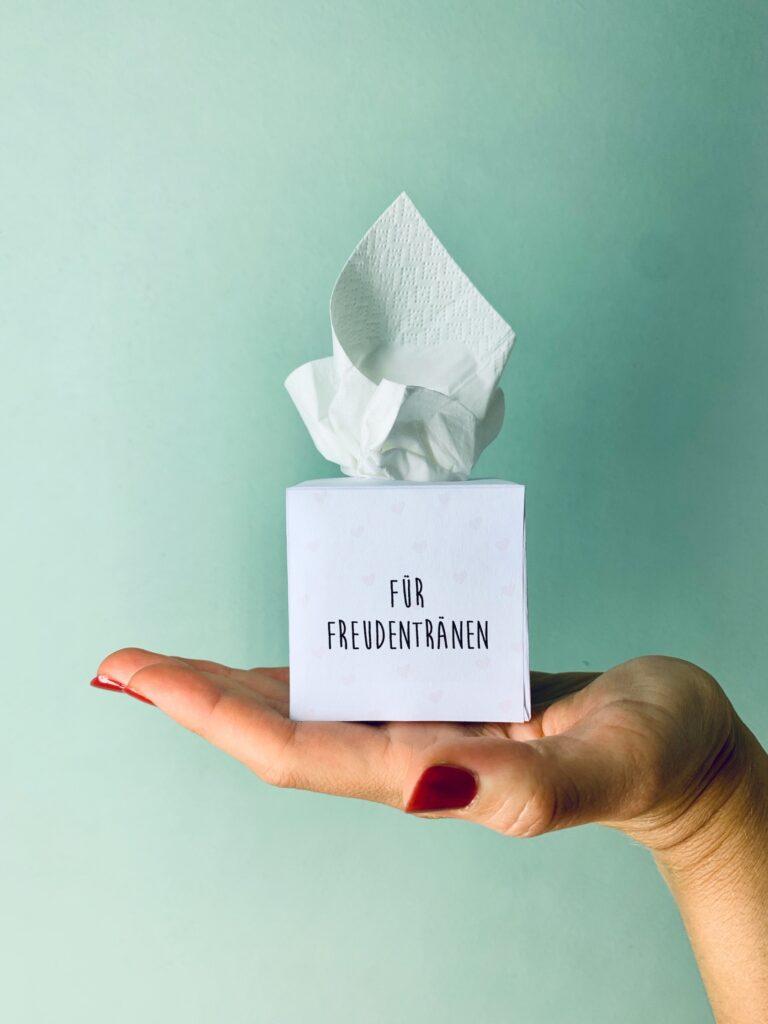 Freudentränen Taschentuchbox auf einer Hand für die Hochzeit