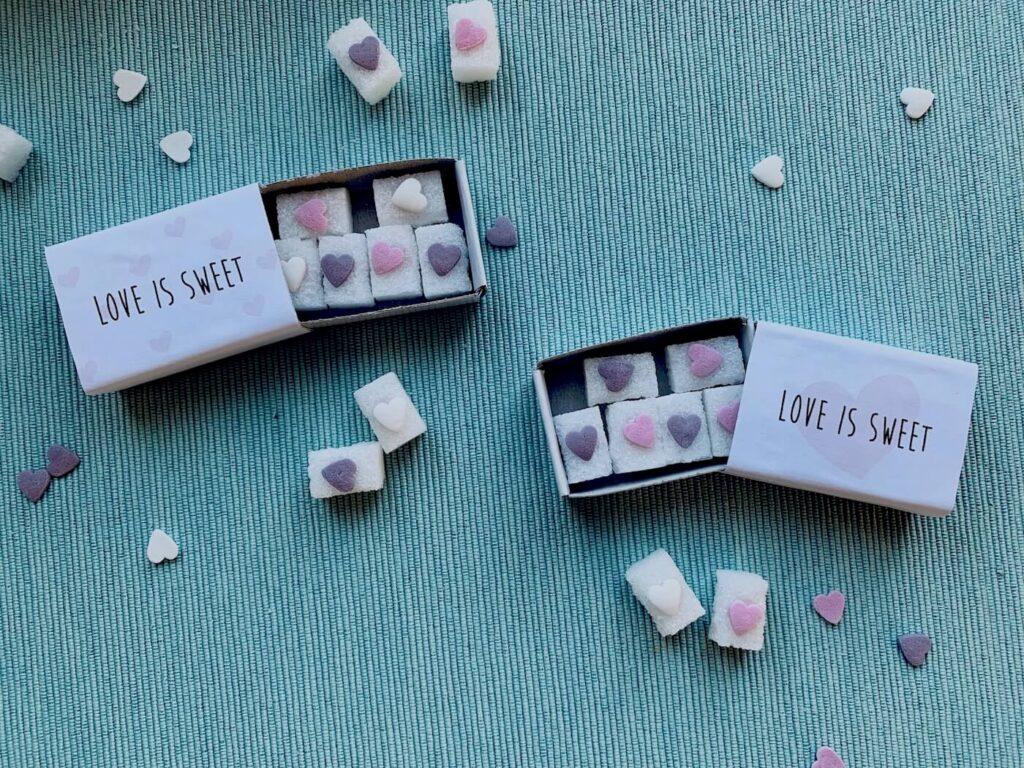 Zuckerherzen als selbstgebasteltes Gastgeschenk für die Hochzeit