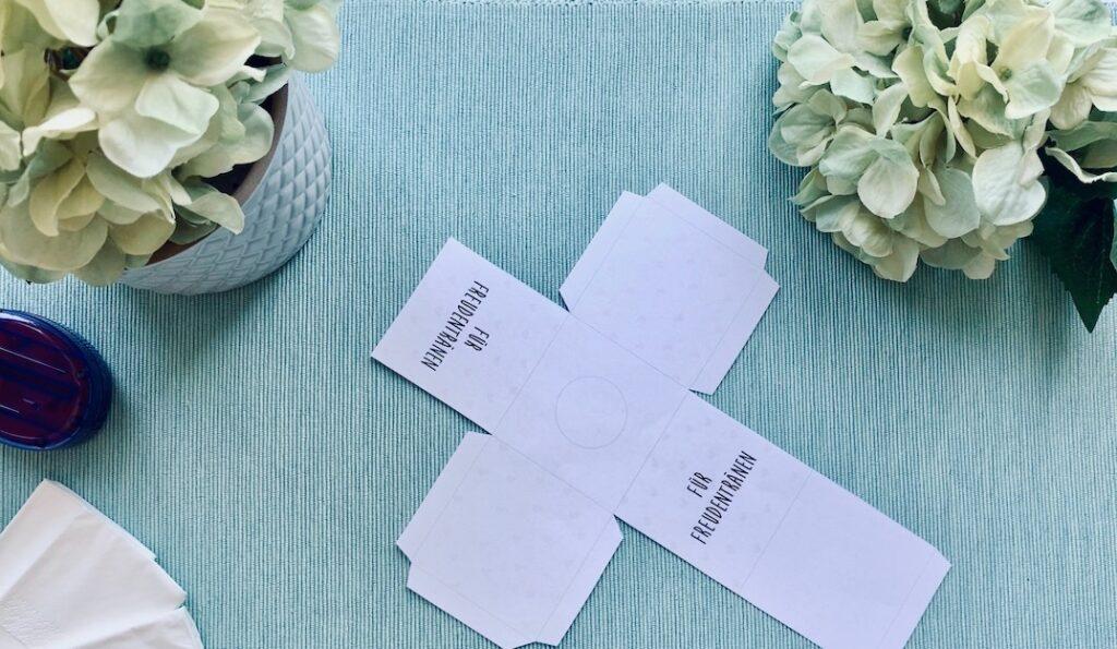 ausgeschnittene Vorlage Freudentränen Taschentuchbox