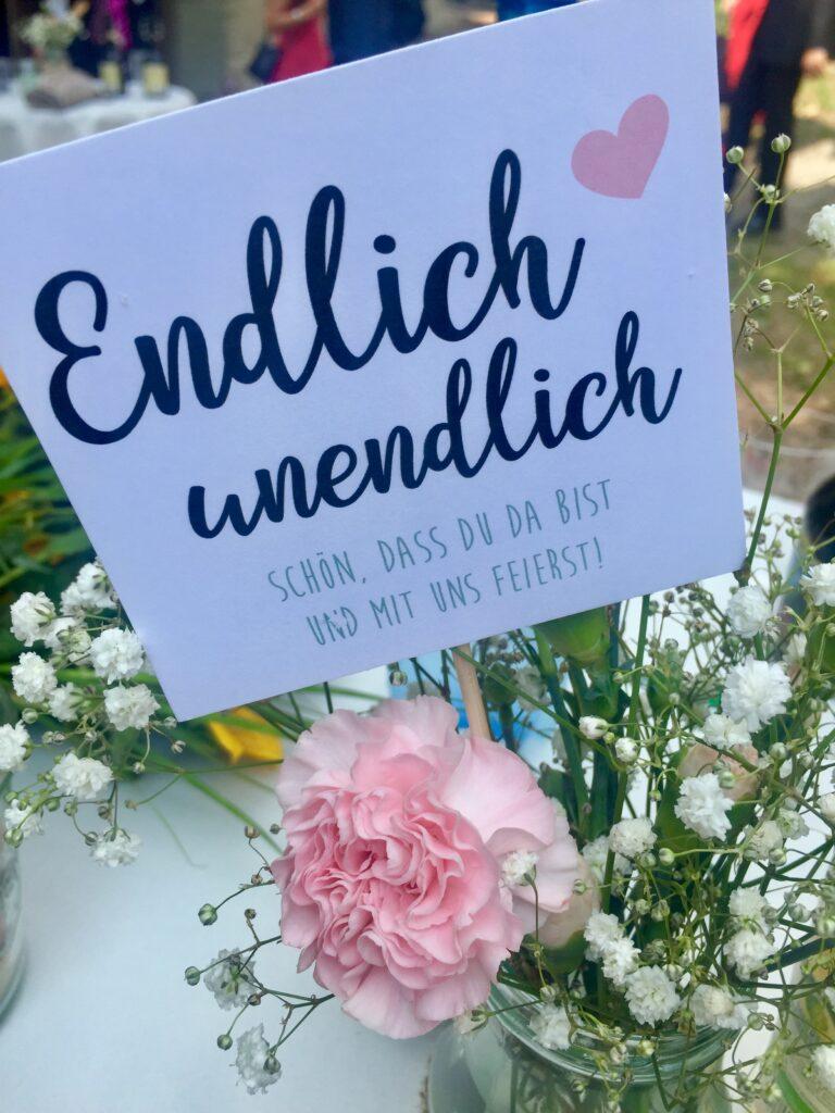 Blumenstecker mit Schleierkraut und rosa Nelken