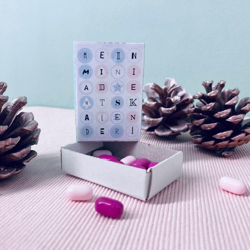 Streichholzschachtel Adventskalender mit rosa Tic Tacs