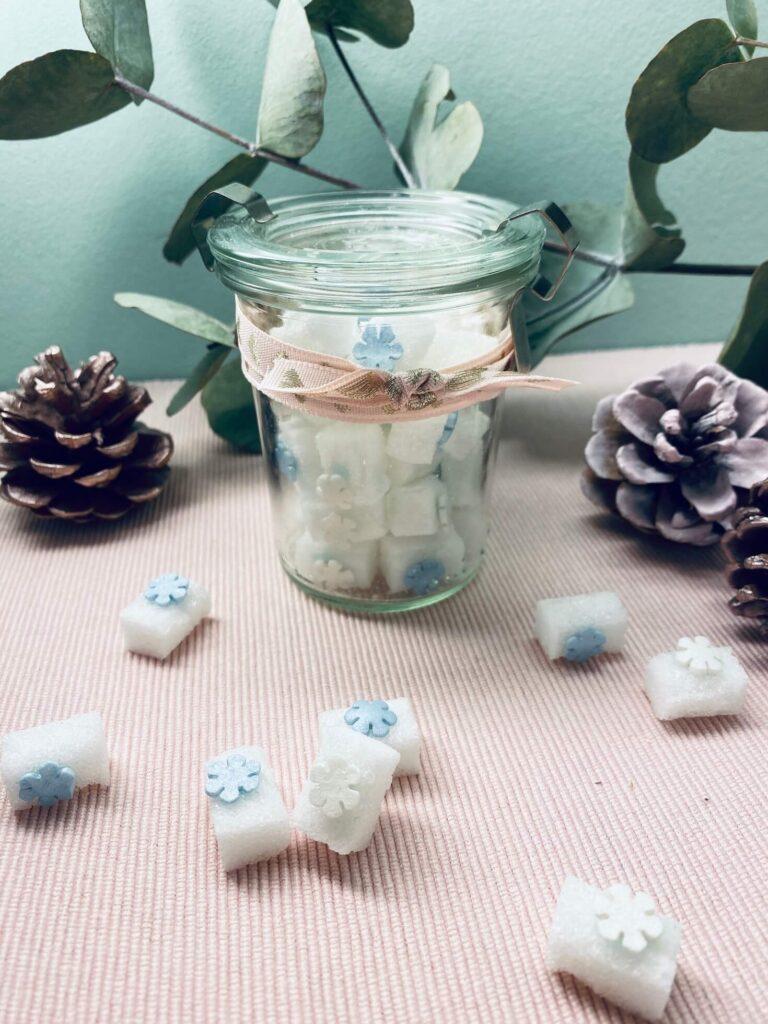 verpackte Winterzuckerwürfel mit Schneeflocken