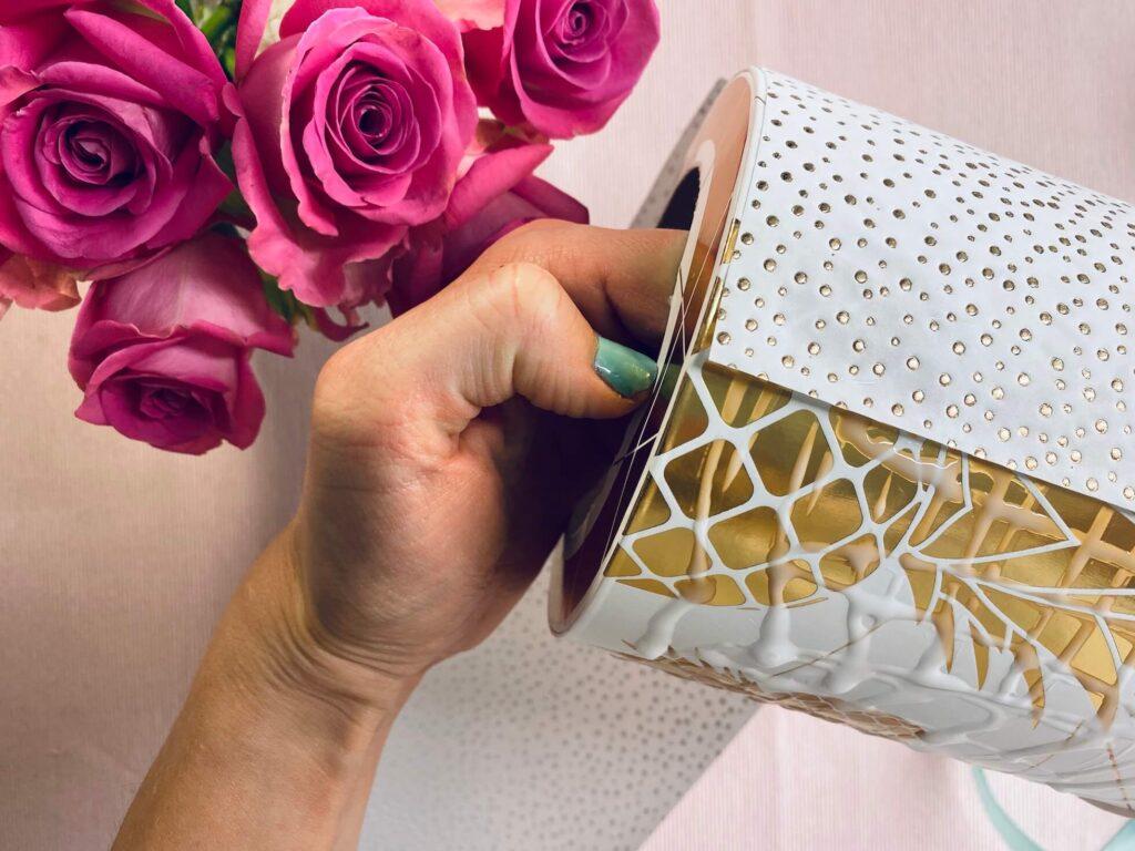Papier um Blumenbox wickeln