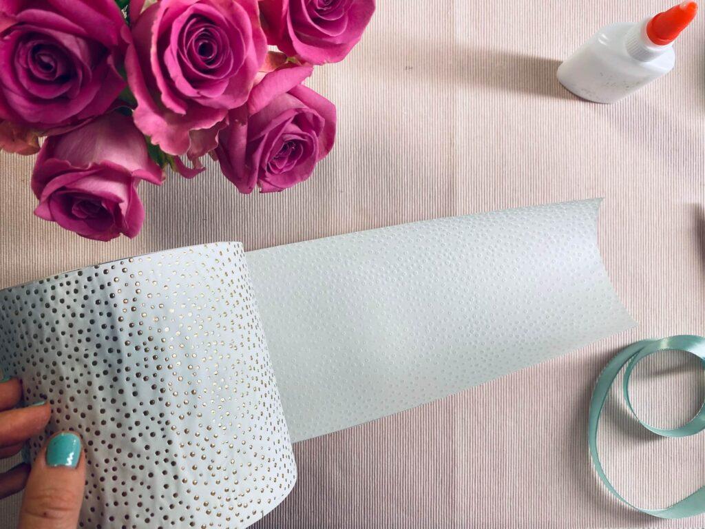 Papier um Rosenbox festkleben