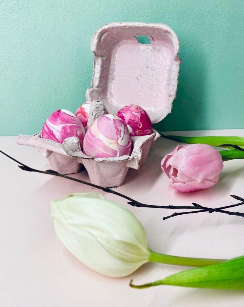 marmorierte Ostereier im Eierkarton
