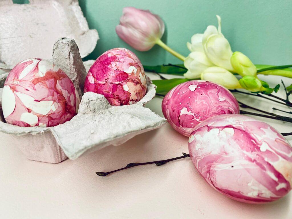 marmorierte Eier und Blumen