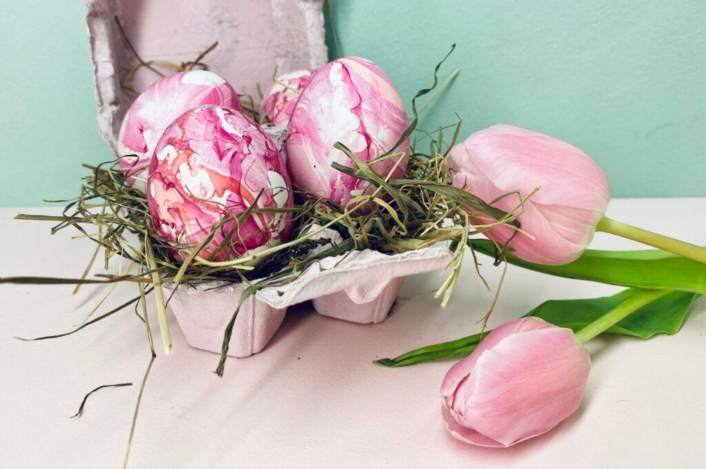 rosa-pink marmorierte Ostereier  im Eierkarton