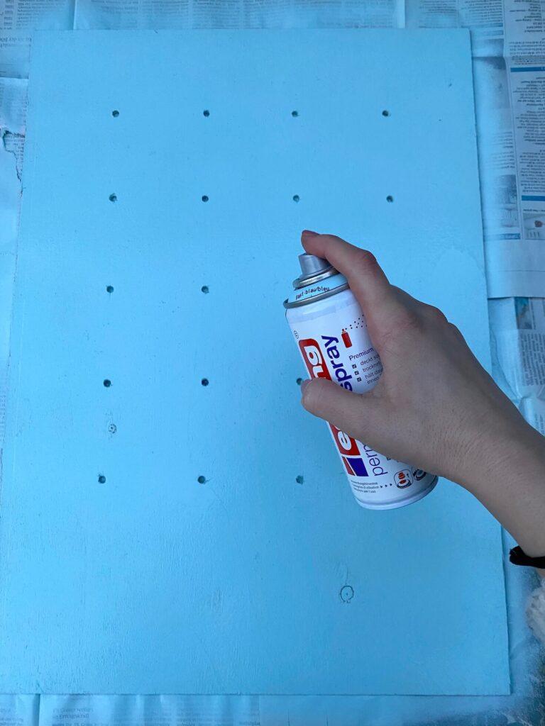Holzplatte mit Spraylack besprühen
