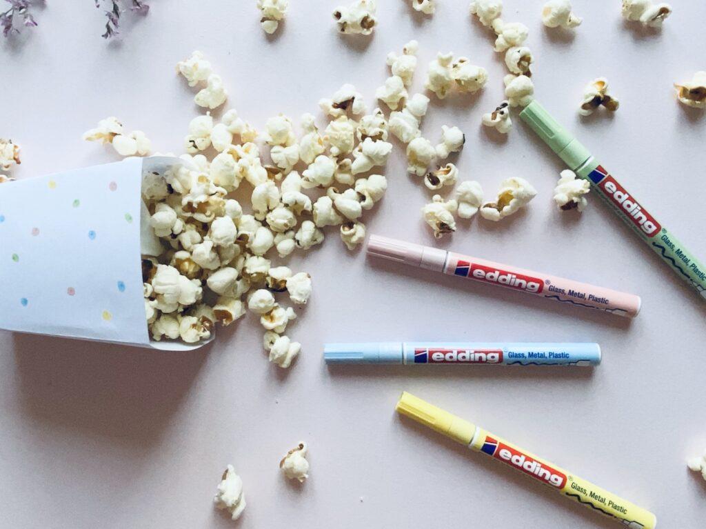 Popcorn in selbstgemachter Popcorntüte