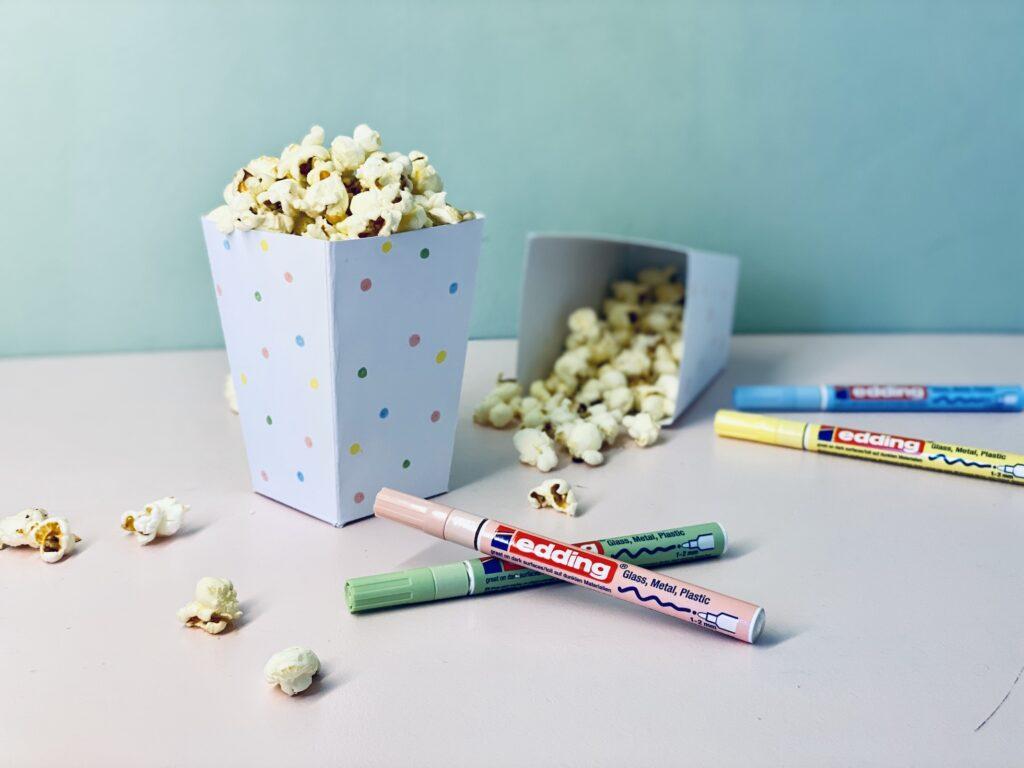 Popcorntüte mit Popcorn und Pastelllmarkern von Edding