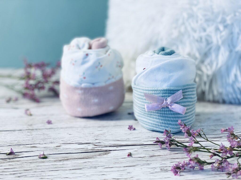 Geburtsgeschenk  Strampler und Babysöckchen Cupcakes