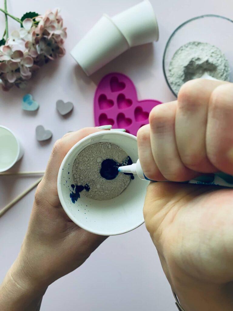 Gips mit Farbe für Malkreide anmischen