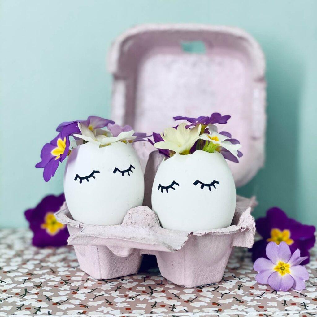 Osterdeko: Ostereier mit Gesicht und Blüten