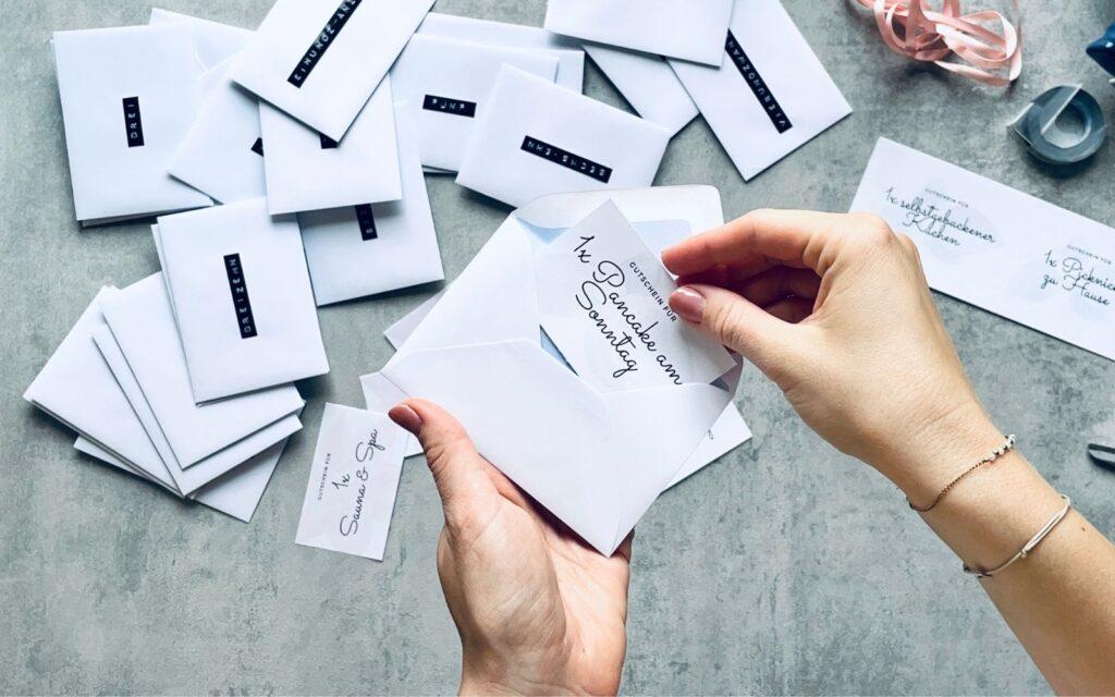Gutscheine in Umschlag stecken