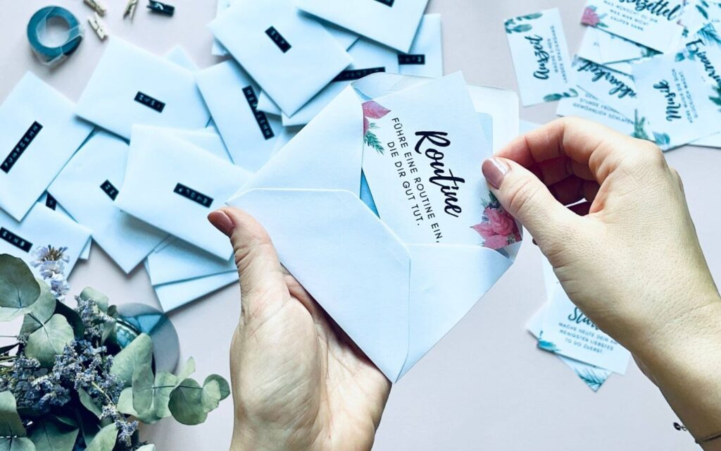 Achtsamkeitsaufgaben in Umschlag stecken